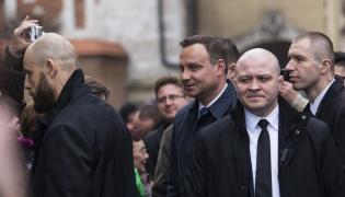 Prezydent Andrzej Duda w otoczeniu oficerów BOR na Wawelu