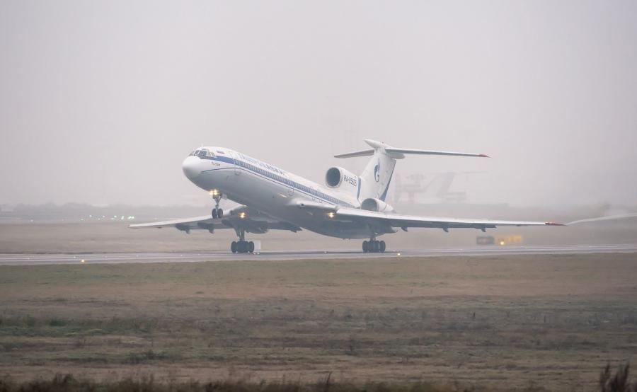 Rosyjski samolot tupolew Tu-154 startuje we mgle z moskiewskiego lotniska Wnukowo