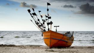 kuter rybacki na plaży
