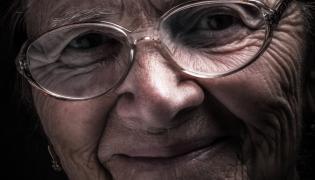 Uśmiechnięta staruszka