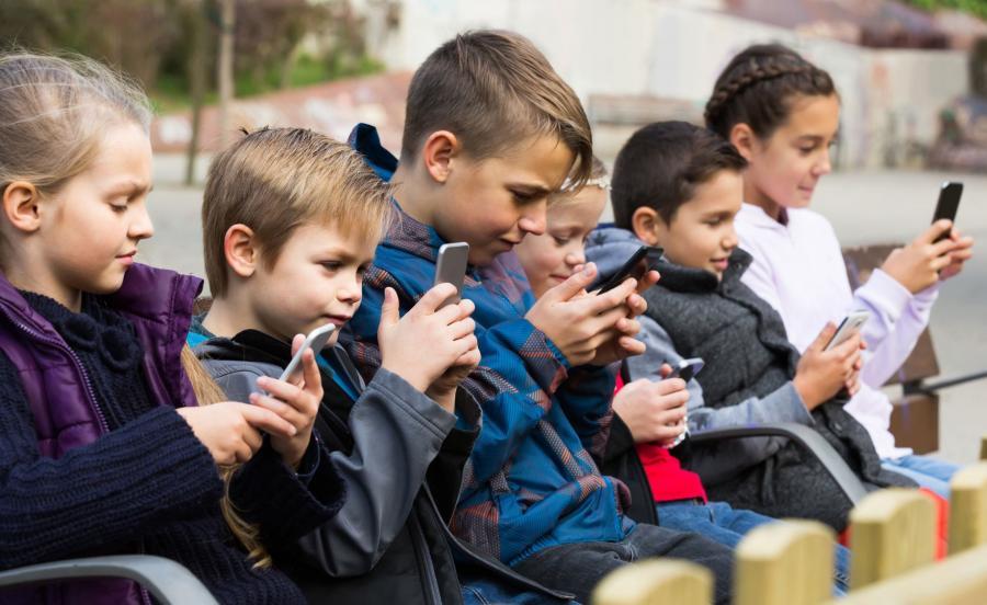 Dzieci ze smartfonami