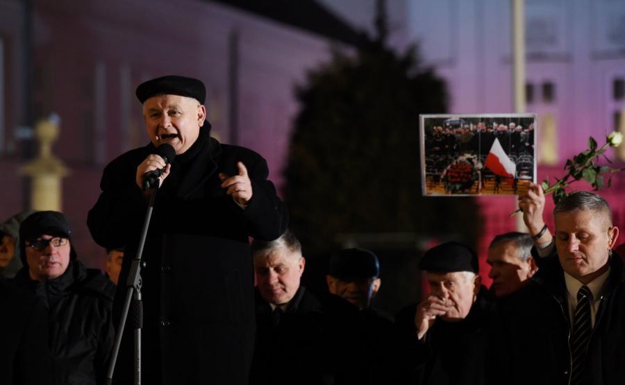 Jarosław Kaczyński przemawia przed Pałacem Prezydenckim