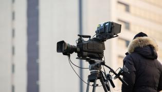 Kamerzysta przy kamerze